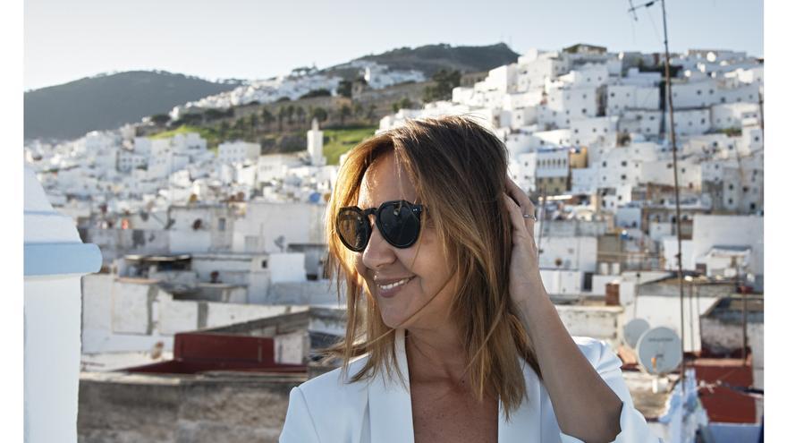 María Dueñas con el barrio tetuaní de La Medina al fondo, uno de los escenarios clave de la novela
