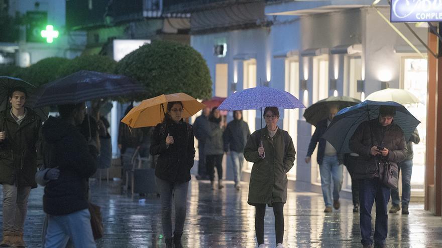 Peatones bajo la lluvia | Imagen: TONI BLANCO