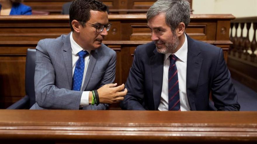 El presidente del Gobierno de Canarias, Fernando Clavijo (d), conversa con el vicepresidente del Ejecutivo canario, Pablo Rodríguez (i), durante el pleno del Parlamento de Canarias celebrado en Santa Cruz de Tenerife. EFE/Ramón de la Rocha