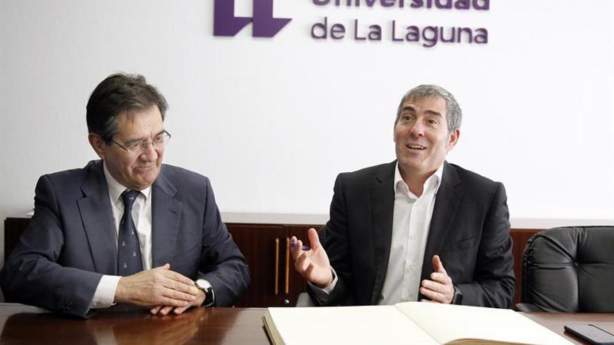 El presidente del Gobierno de Canarias, Fernando Clavijo (d), junto al rector de la Universidad de La Laguna, Antonio Martinón (i)