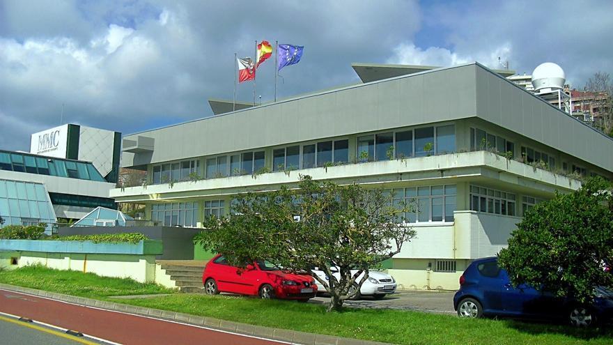Centro Oceanográfico de Santander > En 1886 González de Linares participó en la creación de la Estación de Biología Marina de Santander, que dirigió hasta su muerte en 1904. Hoy la estación sigue activa bajo la denominación de Centro Oceanográfico de Santander y da empleo a 16 investigadores y a 32 técnicos de apoyo.