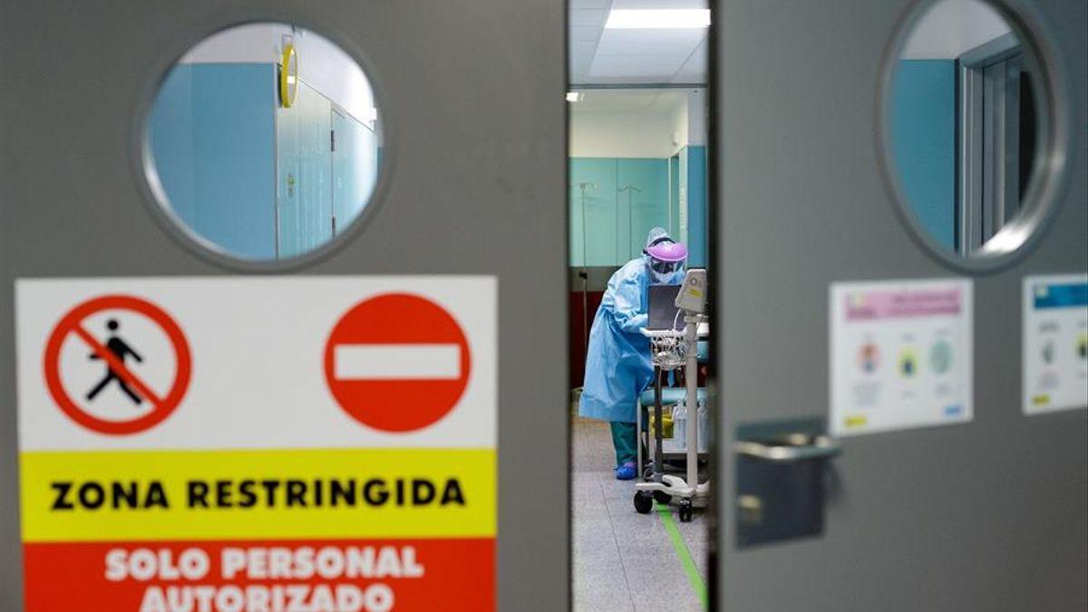 Personal sanitario en una planta de hospitalización  donde se atiende a pacientes con COVID-19