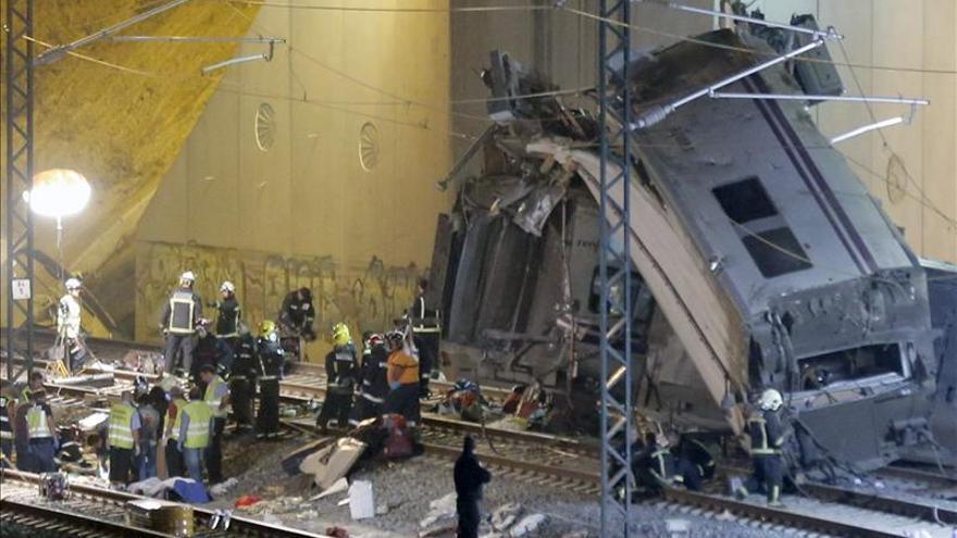 Los equipos de emergencia comprueban que no hay más víctimas en los vagones.
