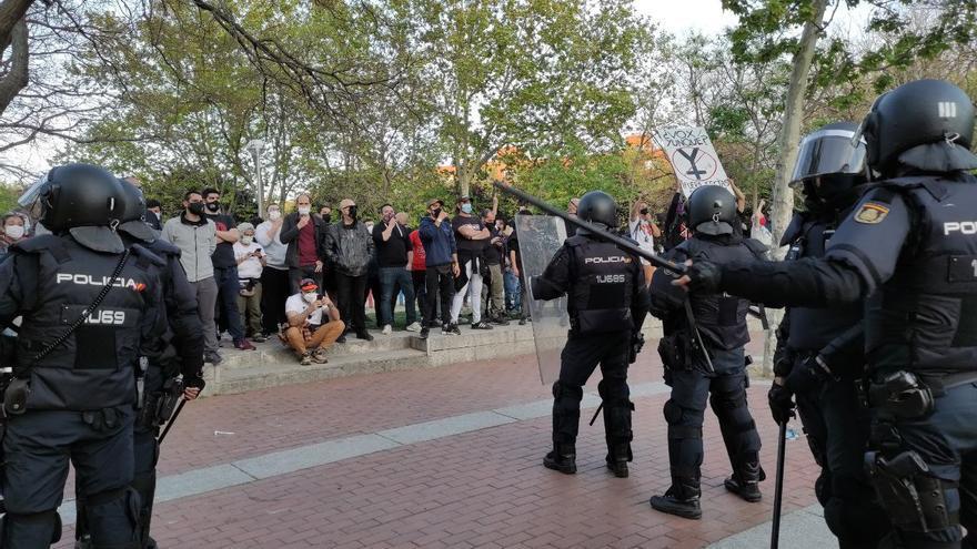 Abascal para el acto de Vox en Vallecas y alega que les han lanzado una piedra al escenario.