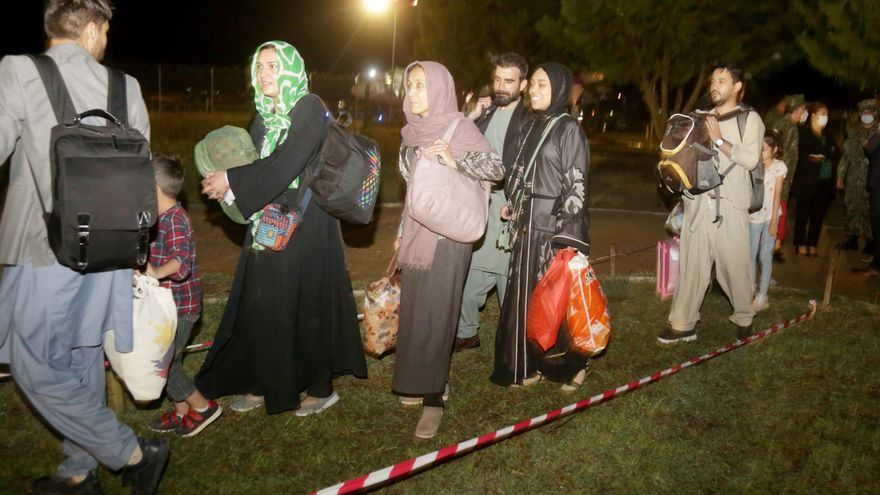 Llegan a Albania dos vuelos con otros 154 refugiados afganos a bordo