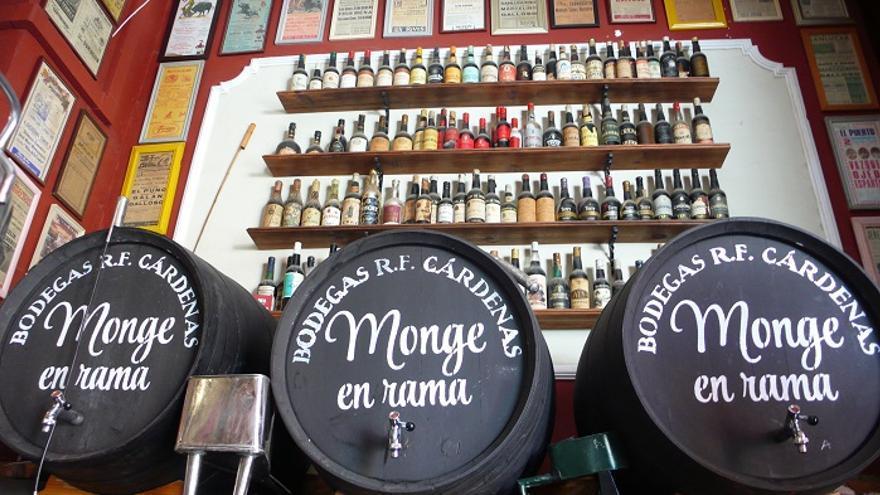 Botas y botellas de El Bodegón, un bar típico portuense.