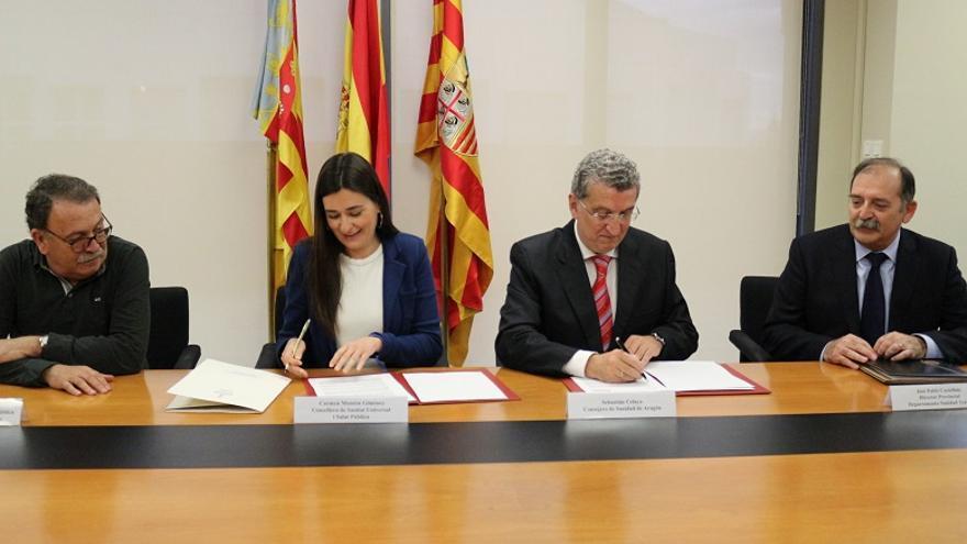 Imagen de la firma del convenio entre Carmen Montón y Sebastián Celaya
