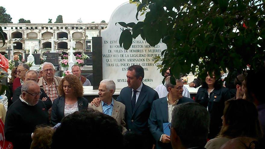 El alcalde Juan Espadas, en una de las fosas comunes de Sevilla