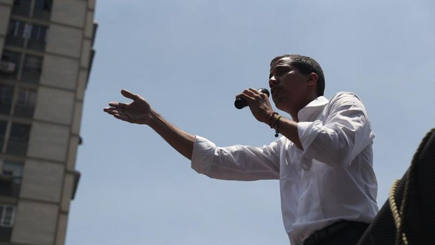 Guaidó reaparece en una manifestación y llama a un paro de la administración pública