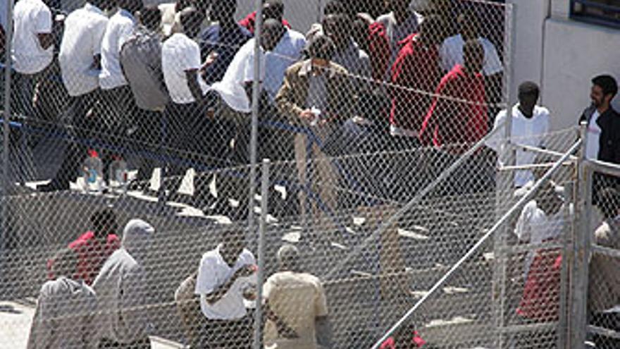Inmigrantes retenidos en 2006 en el centro de internamiento de Hoya Fría, en la isla de Tenerife. (EFE)