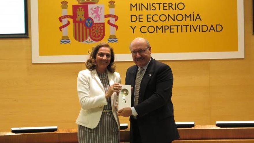 El director del Instituto de Astrofísica de Canarias, Rafael Rebolo, recibiendo la acreditación de excelencia Severo Ochoa de manos de la secretaria de Estado de I+D+I, Carmen Vela. Créditos: Secretaría de Estado de Investigación, Desarrollo e Innovación.