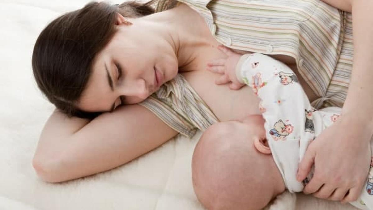 Una madre dando de mamar a su bebé.