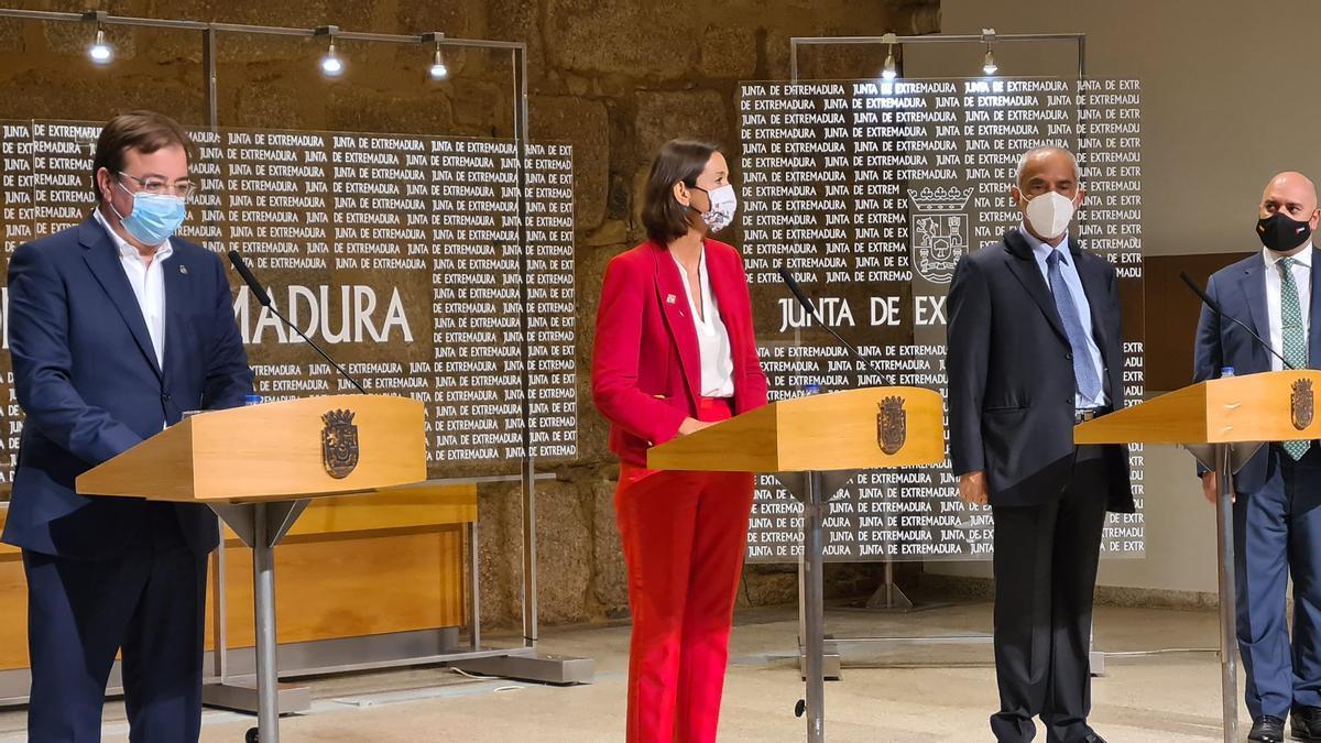 El presidente de la Junta, la ministra de Industria Reyes Maroto, el presidente de Ibérica Sugar y el embajador de Emiratos Árabes, presentando el proyecto este viernes en Mérida