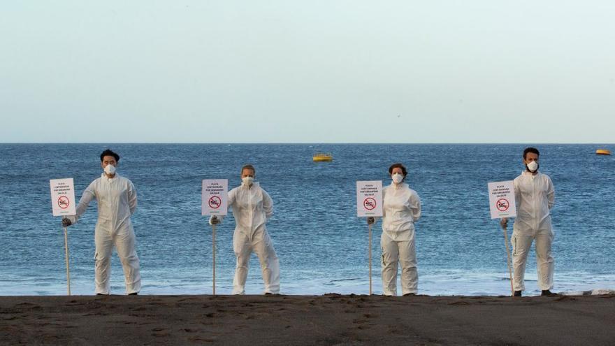 Miembros de Greenpeace durante la protesta realizada en las playas tinerfeñas.