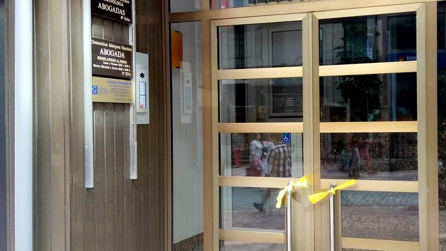 Colocan lazos amarillos en el portal de la sede de Ciudadanos en Asturias