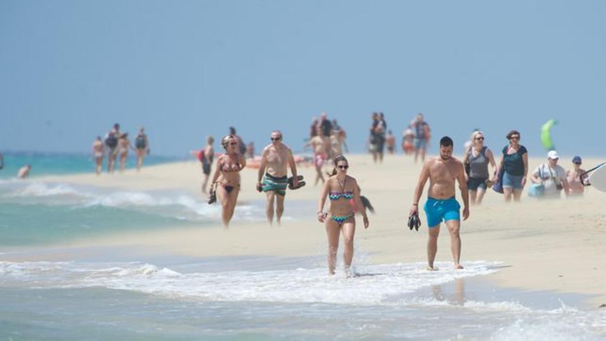 Turistas en una playa de Canarias