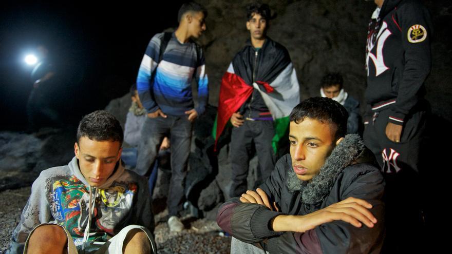 Inmigrantes recién llegados a la costa de Fuerteventura / Efe