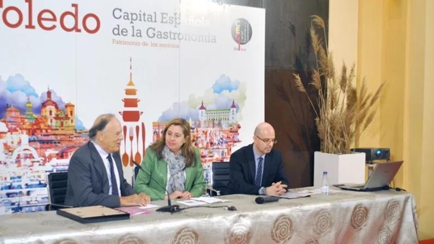 De izquierda a derecha, Carlos Falcó, Rosana Rodríguez, concejala de Turismo en Toledo y Antonio Mateos