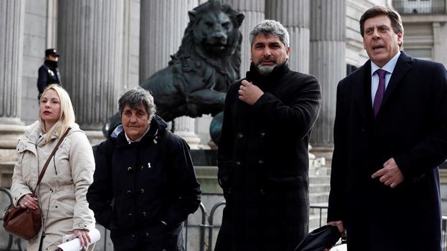 Juan Carlos Quer (d) y Juan José Cortés, padres de Diana y Mari Luz, junto a Jéssica Sánchez, representante de la familia de Yéremi Vargas, y la presidenta de la Asociación Clara Campoamor, Blanca Estrella (2i).
