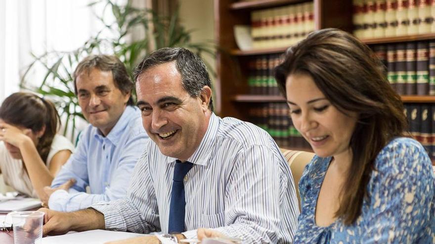 José Manuel Niederleytner (c), nuevo decano, junto a Mila Pacheco y García Liberós / Foto de 'El colegio que queremos'