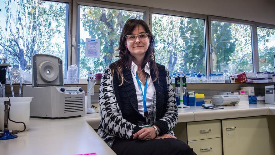 Beatriz Mothe en el laboratorio donde investiga.