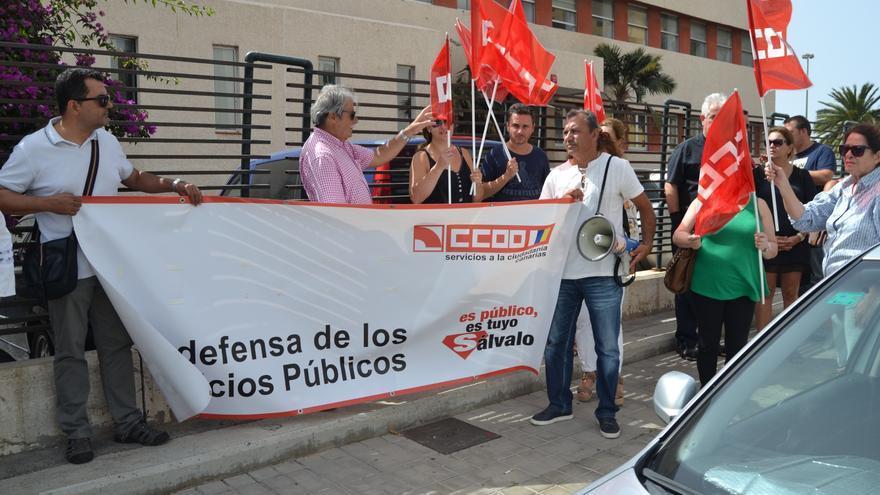 Concentración de trabajadores del ITC y miembros de CCOO ante el Tribunal Laboral. (Foto: Hermes Canarias, Asociación de comunicadores populares de Canarias).