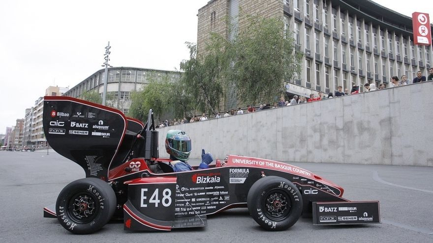 El monoplaza de Fórmula 1 diseñado por la Escuela de Ingeniería de Bilbao recorrerá este sábado la Villa