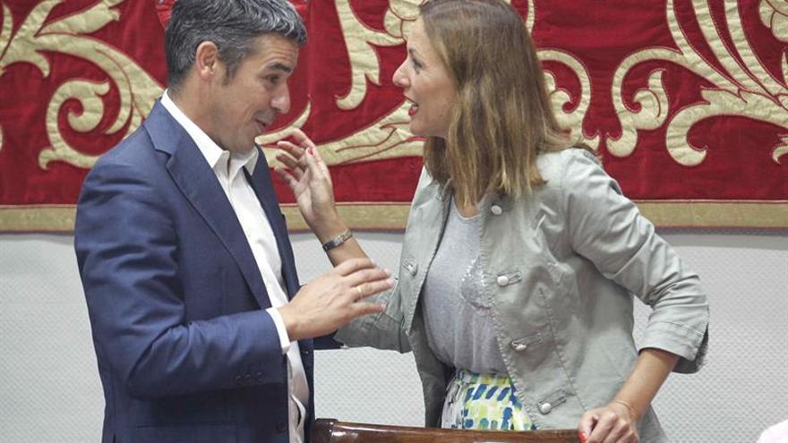 El consejero de Agricultura, Ganadería, Pesca y Aguas del Gobierno de Canarias, Narvay Quintero, conversa con la diputada del grupo Popular Cristina Tavio