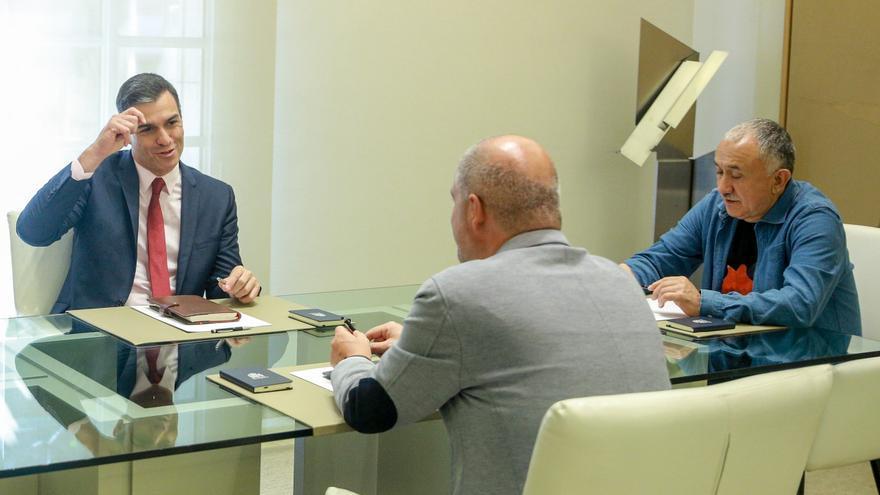 El presidente del Gobierno en funciones, Pedro Sánchez, el secretario general de CCOO, Unai Sordo y el secretario general de la UGT, José Álvarez, durante su reunión en La Moncloa / Europa Press