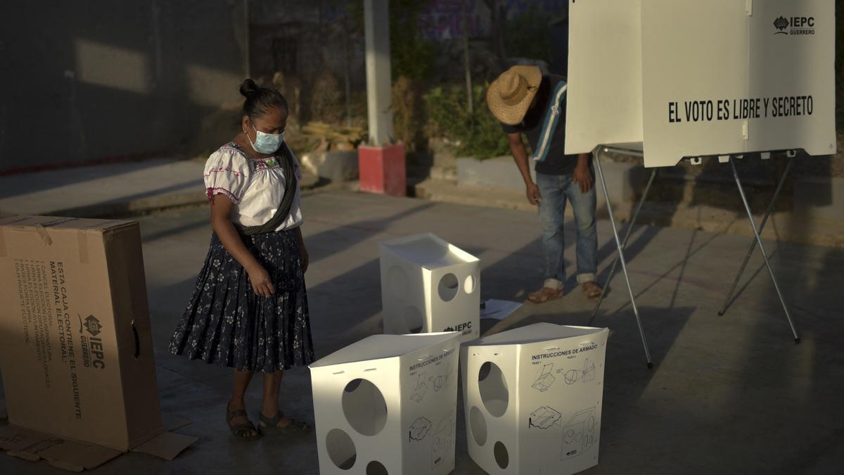 La mayoría de los colegios cerró a las 18 de Ciudad de México (las 20 en Argentina), aunque seguían abiertos en estados con otros husos horarios.