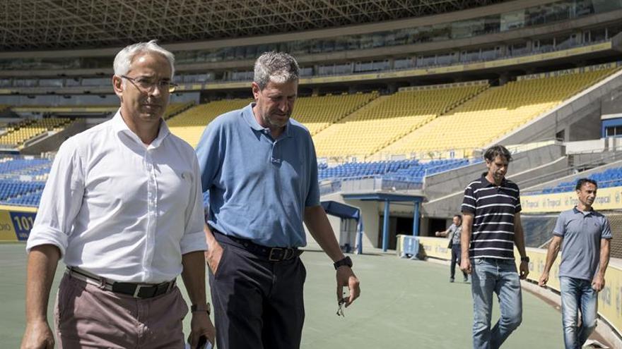 El técnico catalán Manolo Márquez (2i), acompañado del director general de la Unión Deportiva Las Palmas, Patricio Viñayo (i), y los miembros del cuerpo técnico y exjugadores amarillos, Juan Carlos Valerón (d), y Paquito Ortiz (d)