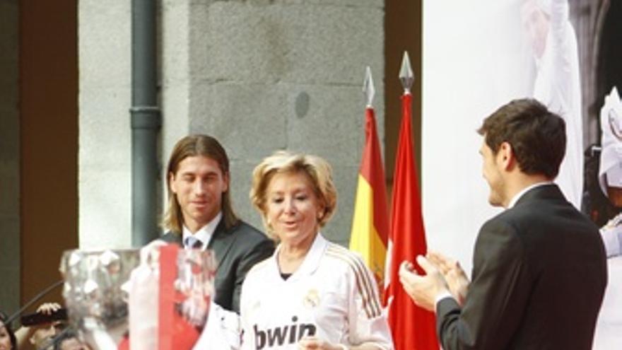 Casillas Y Ramos Con Esperanza Aguirre Con La Camiseta Del Real Madrid