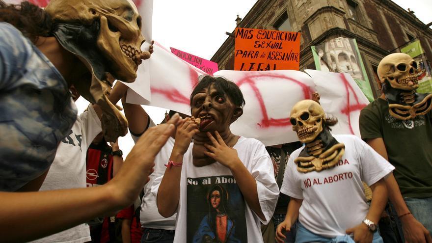 Un grupo de activistas contra el aborto protesta en Ciudad de México durante un debate sobre la legalización del aborto