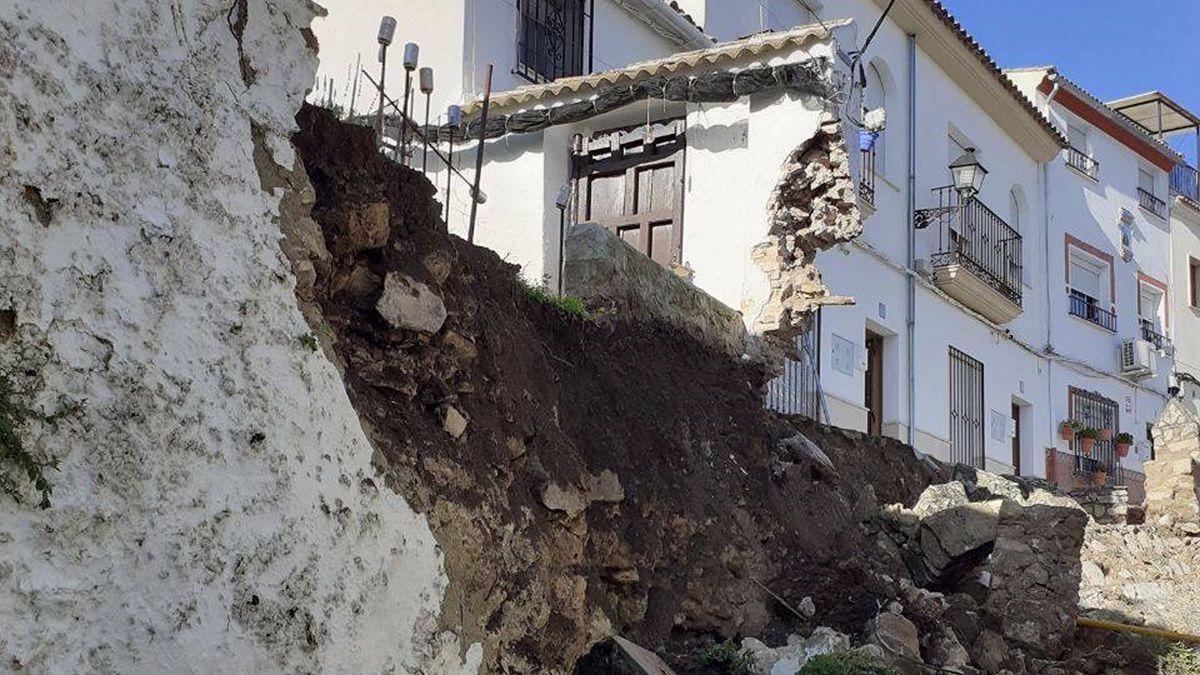 Derrumbe en Cabra que deja al descubierto estructuras del recinto amurallado de época medieval del barrio de la Villa.