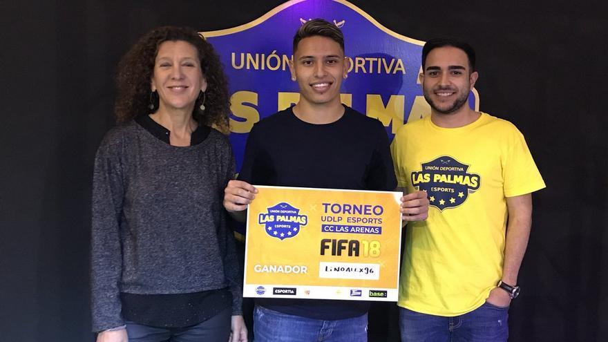 A la izquierda, la directora de Innovación Tecnológica y de esports de la UD Las Palmas, junto al campeón de un torneo organizado por UDLP esports.