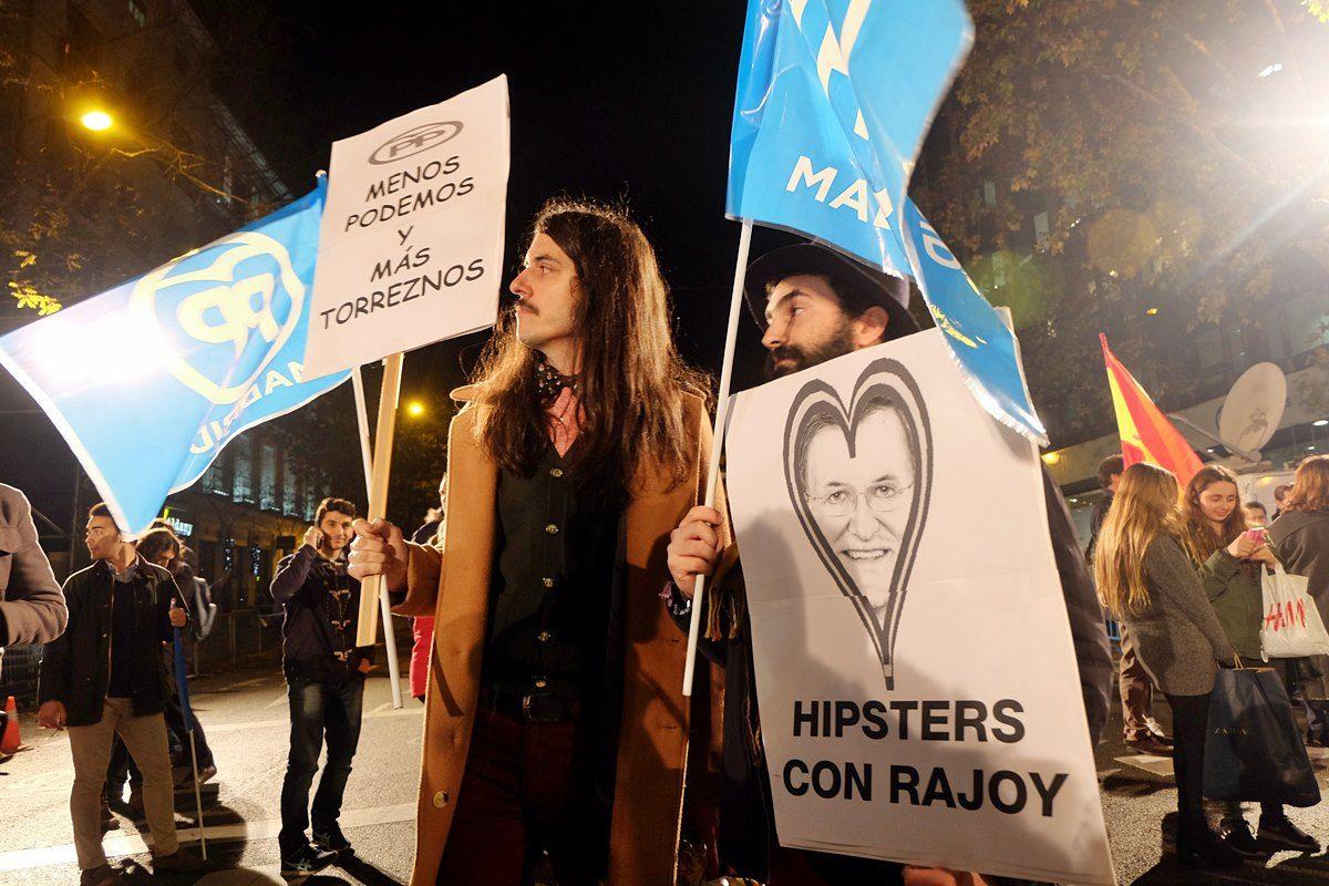 Los hipsters que celebraron con Rajoy su victoria en las generales | FOTO: OMAR OESTE