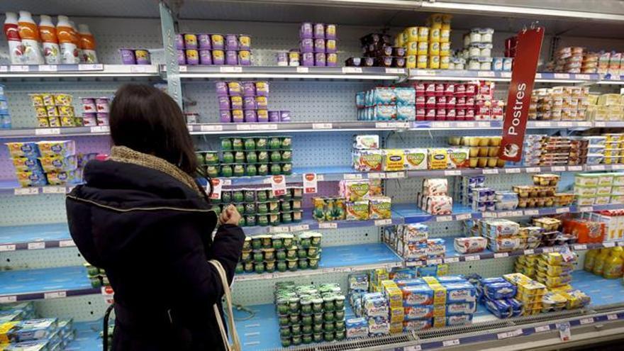 Imagen de archivo de una mujer en un supermercado.