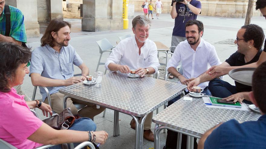 Alberto Garzón (en el centro), con el alcalde de Zaragoza y otros miembros del Ejecutivo municipal. Foto: Zaragoza en Común