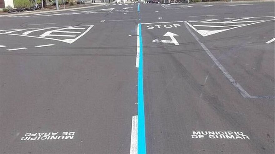 La raya azul que delimita competencias municipales en el polígono industrial de Güímar