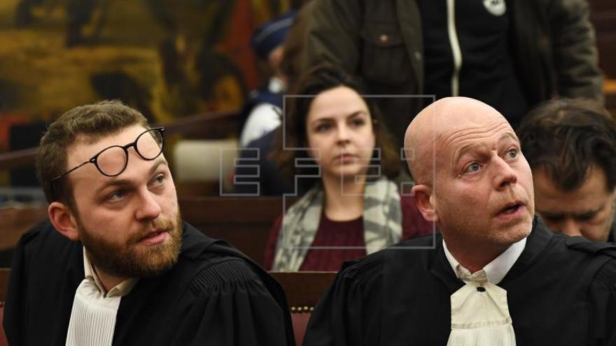 El único terrorista vivo de atentados de París calla en su juicio en Bélgica