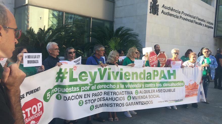 La protesta de la PAH a las puertas de la Ciudad de Justicia de València