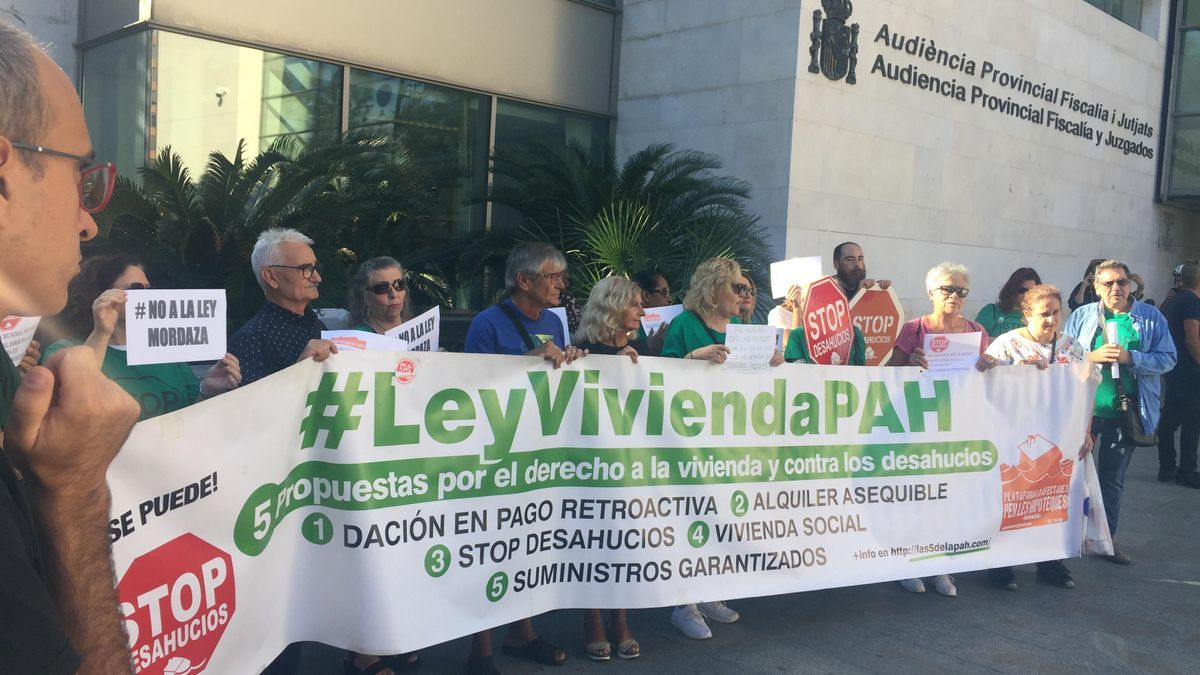 Protesta de la PAH a las puertas de la Ciudad de Justicia de València en 2019