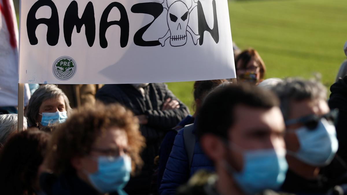 Una protesta contra la construcción de un centro logístico de Amazon cerca de Nantes, en Francia, en noviembre de 2020