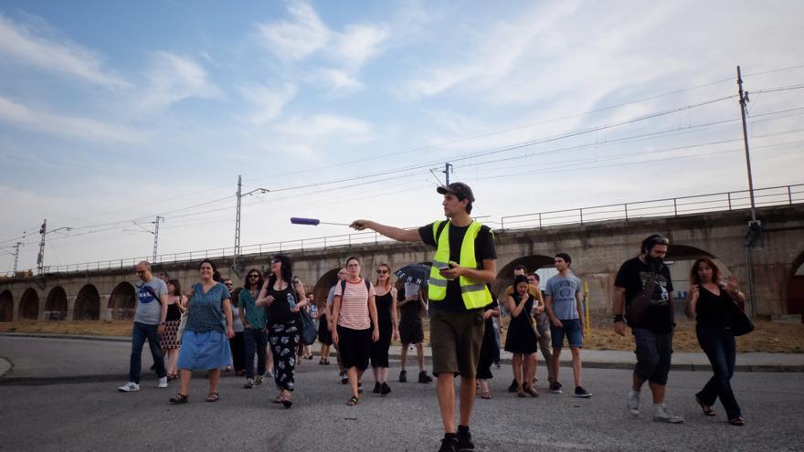 Mario Santamaría, al frente del grupo de turistas del Internet Tour Zaragoza.