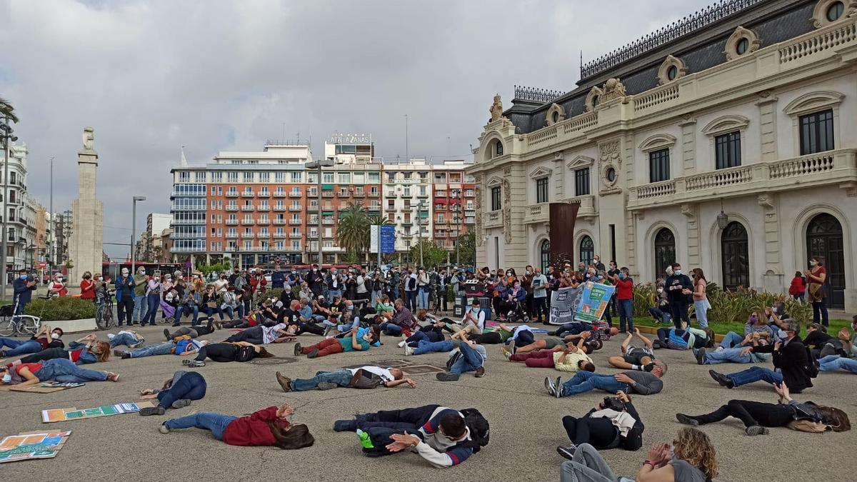 Protesta de la Comissió Ciutat-Port este viernes contra la ampliación del Puerto de València.