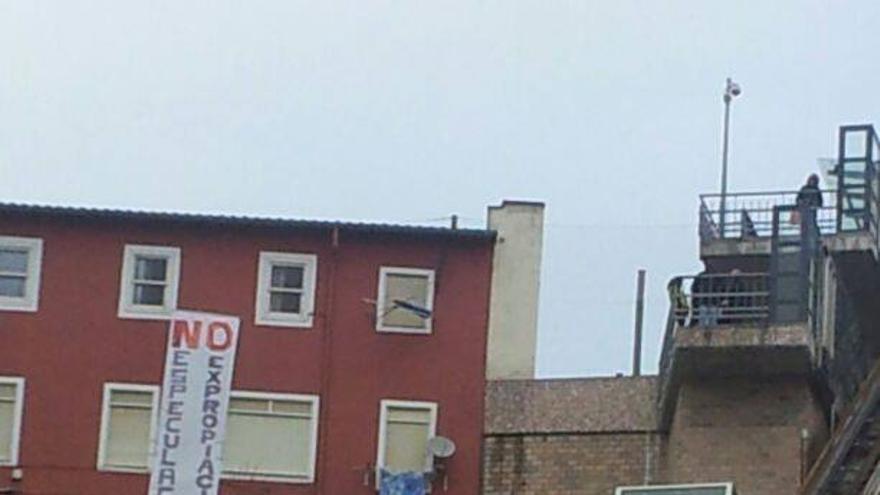 Los vecinos de Prado San Roque han colgado pancartas en defensa de su barrio.