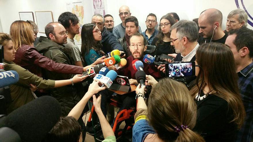 Echenique atiende a los medios en la sede de Podemos en Zaragoza.