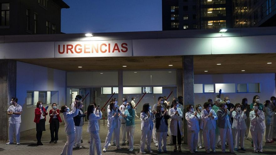 Personal sanitario de Valdecilla aplaudiendo en la entrada de Urgencias | JOAQUÍN GÓMEZ SASTRE