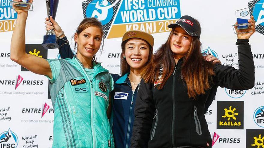 Podio femenino: Mina Markovic (plata), Jain Kim (oro), Magdalena Röck (bonce).