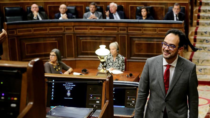 El portavoz socialista, Antonio Hernando, se dirige a su escaño tras concluir su segundo turno de réplica.